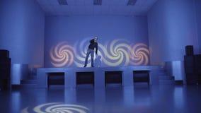 Un hombre se coloca en un trance en etapa metrajes