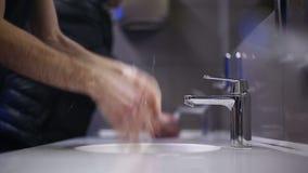 Un hombre se lava las manos y la cara Cámara lenta almacen de metraje de vídeo