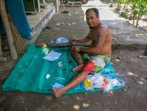 Un hombre se prepara a la pesca El pescador produce el equipo de pesca para coger la caballa Un método simple de naturales Sentad ilustración del vector