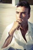 Un hombre serio 13 Varón adulto italiano hermoso outdoor Imagen de archivo