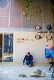 Un hombre solo que se sienta en la puerta Imágenes de archivo libres de regalías