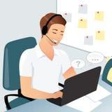 Un hombre sonriente de la oficina o un empleado del centro de atención telefónica contesta a preguntas en una sala de chat, lugar Fotos de archivo