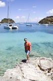 Un hombre sonriente feliz el vacaciones en Grecia. Imágenes de archivo libres de regalías