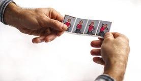Un hombre sostiene una foto Imagenes de archivo