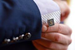 Un hombre sujeta una mancuerna Foto de archivo libre de regalías