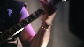 Un hombre toca la guitarra eléctrica en etapa almacen de metraje de vídeo