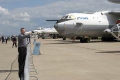 Un hombre toma imágenes de aeroplanos en el salón aeroespacial internacional MAKS-2017 de MAKS Fotos de archivo