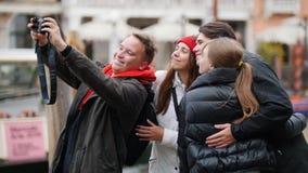 Un hombre toma un selfie con sus amigos Después de eso miran la foto almacen de video