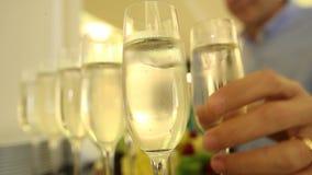 Un hombre toma un vidrio de champán en la celebración del Año Nuevo almacen de video