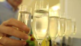 Un hombre toma un vidrio de champán en la celebración del Año Nuevo metrajes
