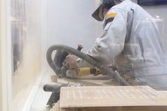 Un hombre trabaja en un taller Herramientas eléctricas para la reparación y el manufa foto de archivo libre de regalías