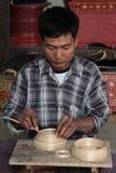 Un hombre trabaja en una fábrica de lacquerware Imágenes de archivo libres de regalías