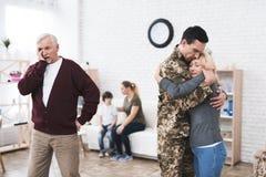 Un hombre va al servicio militar Foto de archivo libre de regalías