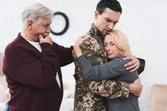 Un hombre va al servicio militar Imagen de archivo libre de regalías