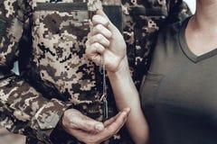 Un hombre va al servicio militar Familia adiós fotos de archivo