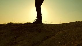 Un hombre-viajero valeroso, subiendo al top de una montaña, caminando a lo largo de una trayectoria a lo largo de un canto rocoso metrajes