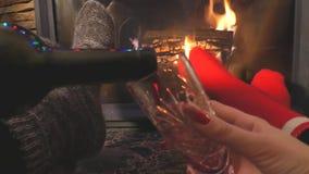 Un hombre y un alcohol de la bebida de la mujer en la chimenea