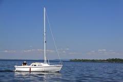 Un hombre y su barco - lago Champlain sailing Imagenes de archivo