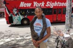 Un hombre y su serpiente del animal doméstico Foto de archivo libre de regalías