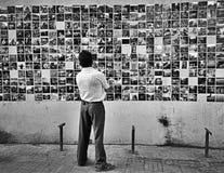 un hombre y sus memorias Fotos de archivo