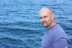 Un hombre y un mar Imagen de archivo libre de regalías