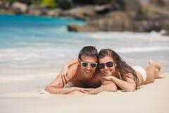 Un hombre y una mujer atractivos en la playa Imagen de archivo libre de regalías