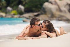 Un hombre y una mujer atractivos en la playa Foto de archivo libre de regalías