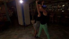 Un hombre y una mujer en el amor que baila danza latina caliente almacen de video