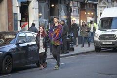 Un hombre y una mujer están caminando a lo largo de hablar del camino Imagen de archivo libre de regalías
