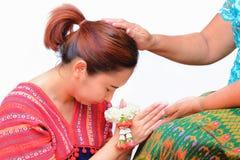 Un hommage de salaire de femme avec la guirlande traditionnelle thaïlandaise de jasmin sur ses mains images libres de droits