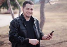 Un homme à l'aide d'un téléphone portable Images libres de droits