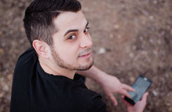 Un homme à l'aide d'un téléphone portable Photos stock
