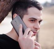 Un homme à l'aide d'un téléphone portable Image libre de droits