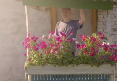 Un homme à l'aube se tient sur le porche de la maison photographie stock