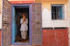 Un homme à la porte dans la maison traditionnelle de Jodhpur Image libre de droits