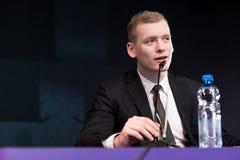 Un homme élégant pendant la conférence de presse image libre de droits