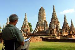 Un homme étranger dessinent le temple de Chaiwatthanaram à Ayutthaya Thaïlande, Image stock