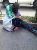 Un homme étreignant son enfant sur la rue Images libres de droits