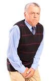 Un homme aîné avec le problème de contrôle de réservoir souple Photo stock