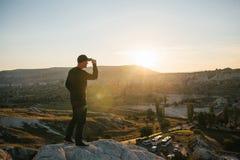 Un homme admire la belle vue du landscap naturel image stock