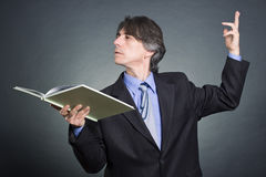 Un homme affiche un livre Photo stock