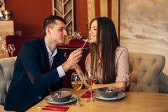 Un homme alimente sa femme dans un restaurant Image libre de droits
