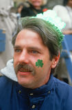 Un homme appréciant le jour de rue Patrick Image libre de droits