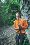 Un homme assure le grimpeur par un dispositif de prise Photographie stock libre de droits