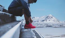 Un homme attachant les chaussures de course, se préparant au fonctionnement en hiver Style de vie sain image libre de droits