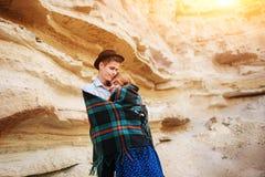Un homme attirant étreint une belle femme Les paires enveloppées dans le pl Photo stock