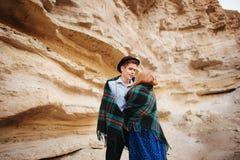 Un homme attirant étreint une belle femme Les paires enveloppées dans le pl Image libre de droits