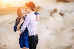 Un homme attirant est étreignant et embrassant une belle femme dans a photos stock