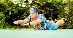 Un homme avec des dreadlocks faisant l'ourdoor de sports image libre de droits