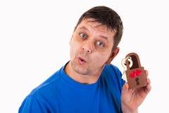 Un homme avec du chocolat - aimez la serrure dans sa main Photos stock